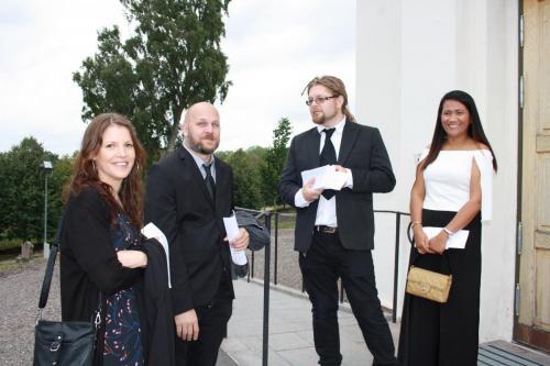 Gäster på väg in i kyrkan